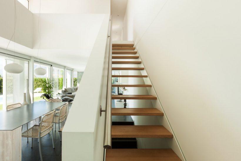 Keuken Met Trap : Functionele witte zwarte houten keuken trap u stockfoto