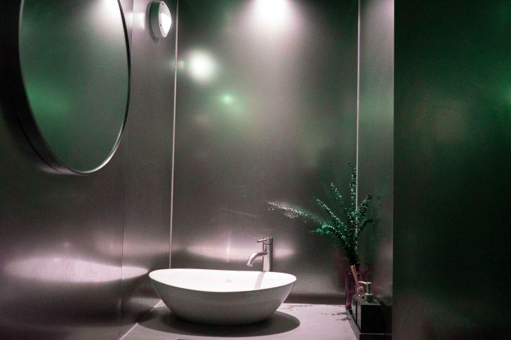 Donkere badkamer kleuren